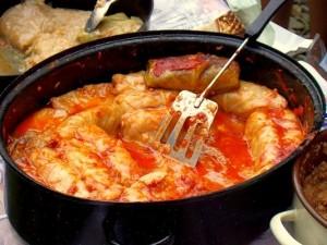 FFFPoland_Golabki_wik_Silar_00102_Kohlroulade_mit_Tomaten-Reis-Füllung._Vorkarpatische_Küchenspezialitäten,_Sanok